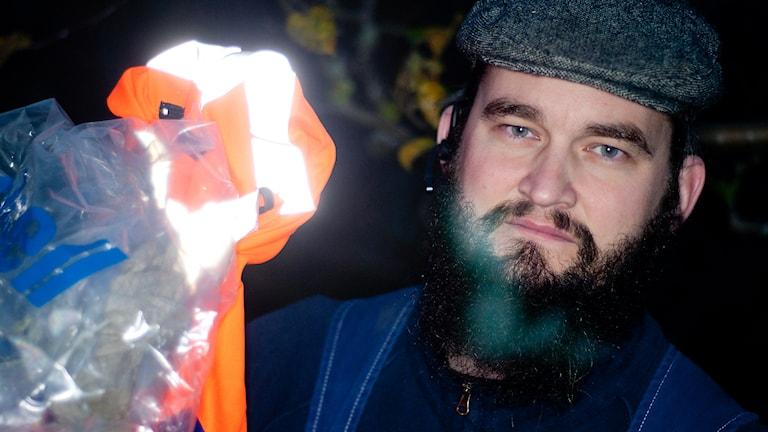 Donny Magnusson, eftersöksjägare. Plastpåse eller skyddsväst kan man markera med. Foto: Johan Pettersson/Sveriges Radio