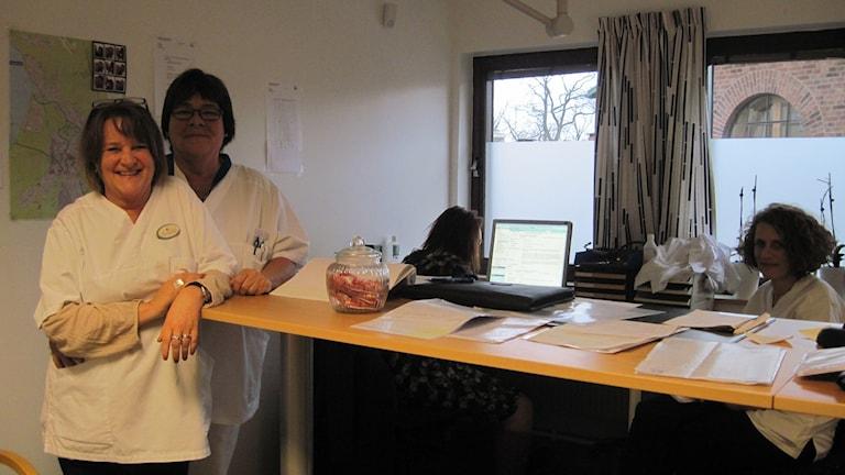 Det mobila akutteamet på Hälsostaden förbereder sig för dagens jobb. Sköterskorna Anna Angenius och Kerstin Persson i förgrunden.