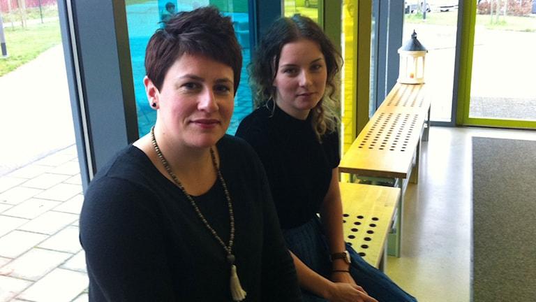 Edina Burazerovic och Emma Holmberg jobbar på mötesplatsen