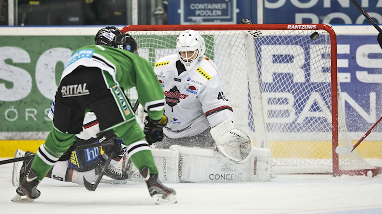 Jakob Lilja sätter matchavgörande 3-1 till Rögle. Foto: Andreas Hillergren