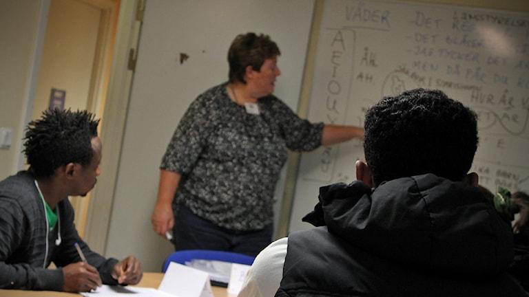 Britt-Marie Norelius leder lektion i svenska
