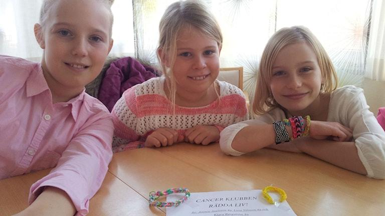 Cancerklubben Rädda liv består av Lova Nilsson, Ammie Axelsson och Klara Bergström i 4a på Villanskolan i Ängelholm. Foto: Anna Hanspers/Sveriges Radio.