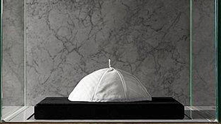 Påvens kalott går på auktion idag.