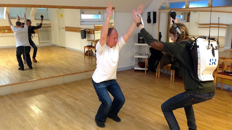 Magnus Nilsson och Marcus Karlsson utövar yoga
