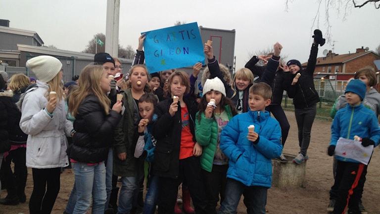Färlöv skola firar att de vann Skolkampen.