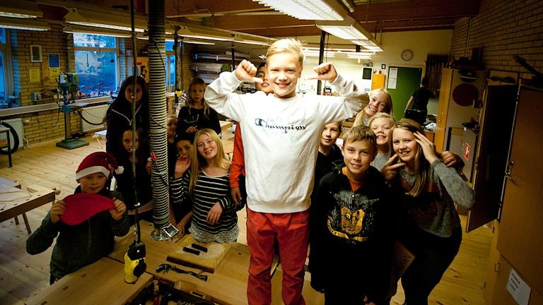Gideon Dencker från Färlöv skola. Vinnare i årets Skolkampen. Bakom står halva hans klass. Den andra halvan hade syslöjd. Foto: Johan Pettersson/Sveriges Radio