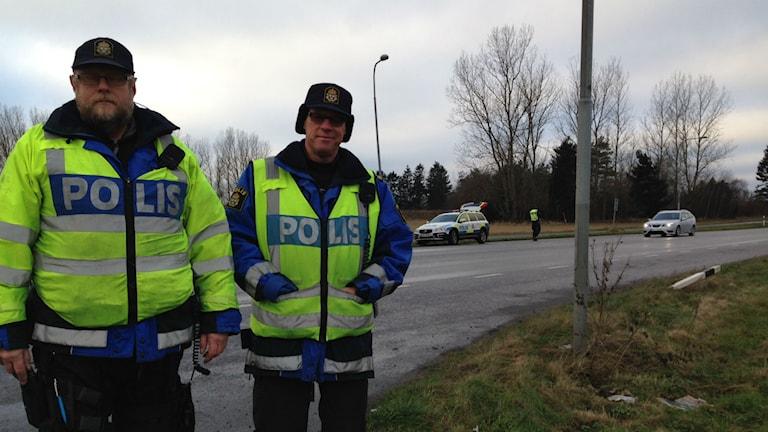 Brodde Norén och Göran Antonsson vid polisens nykterhetskontroll utanför Kristianstad. Foto: Josefin Modig/Sveriges Radio