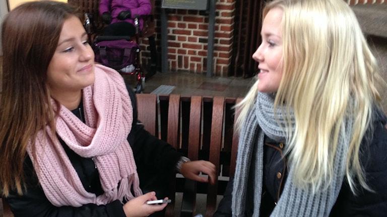 Pendlarna Emilia Persson och Hanna Lagerblad tycker en rabatt för unga är en bra idé. Foto: Patrik Hekkala/Sveriges Radio
