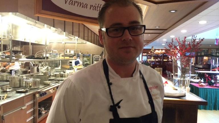 Chris Nilsson är köksmästare på Margretetorps Gästgifvaregård. Foto: Anna Hanspers/Sveriges Radio.