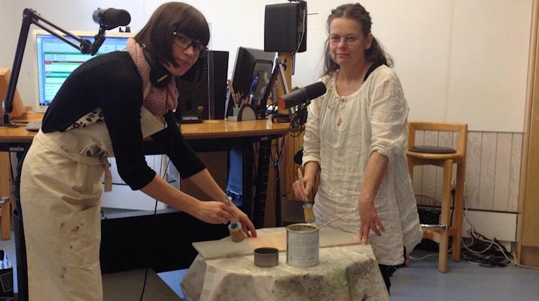 Förmiddags Josefin Modig och Lotta Rolfsson målar med den unika färgen. Foto: Jenny Sandgren/Sveriges Radio