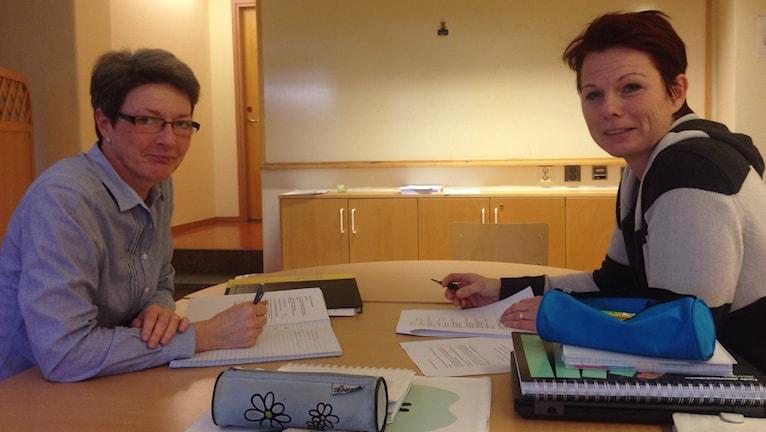 Anja Nilsson och Ann Blomdahl är förstelärare på Fjälkinge skola. Foto: Linnéa Mattisson/Sveriges Radio