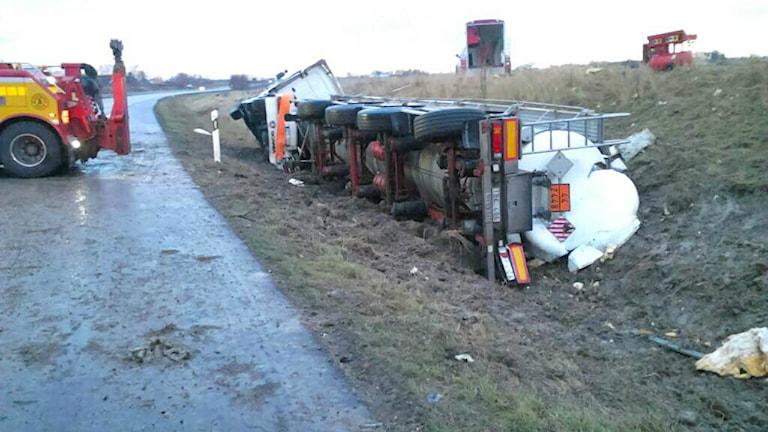Tankbilen som innehåller smält svavel körde ner i diket vid halv ett inatt. Foto: Lyssnarbild