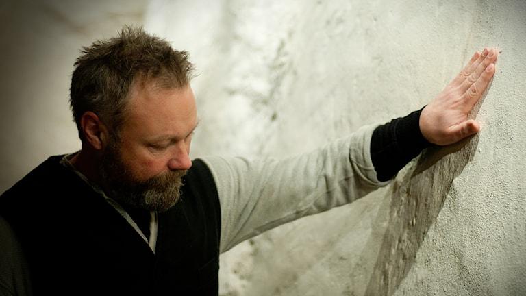 Henrik Nilsson, en alldeles äkta Mästare. Här under en ockulär besiktning av Bollerups borg. Foto: Johan Pettersson/Sveriges Radio