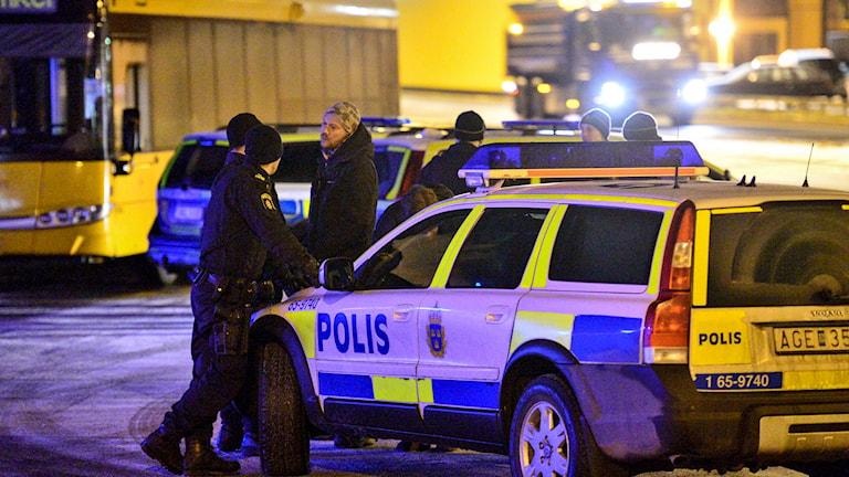Polisbil samt poliser på platsen för skottlossningen i Kristianstad. Foto: Johan Nilsson/TT