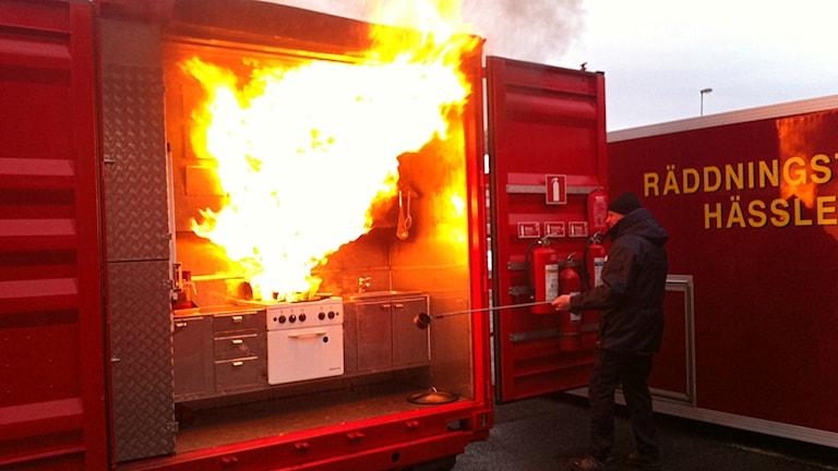 Räddningstjänsten i Hässleholm övar oljebränder i kök