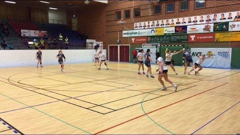 KHK:s Julia Isberg bryter igenom Strands försvar. FOTO: Glenn Göransson/Sveriges Radio