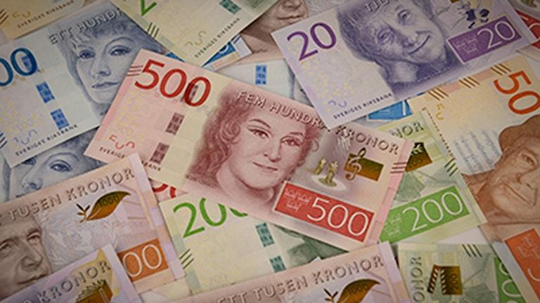 Samlingsbild med de nya sedlarna. 500-kronorssedeln med Birgit Nilsson i centrum