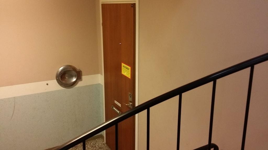 Ytterdörr till  lägenhet med  inlåsta barn i Bromölla
