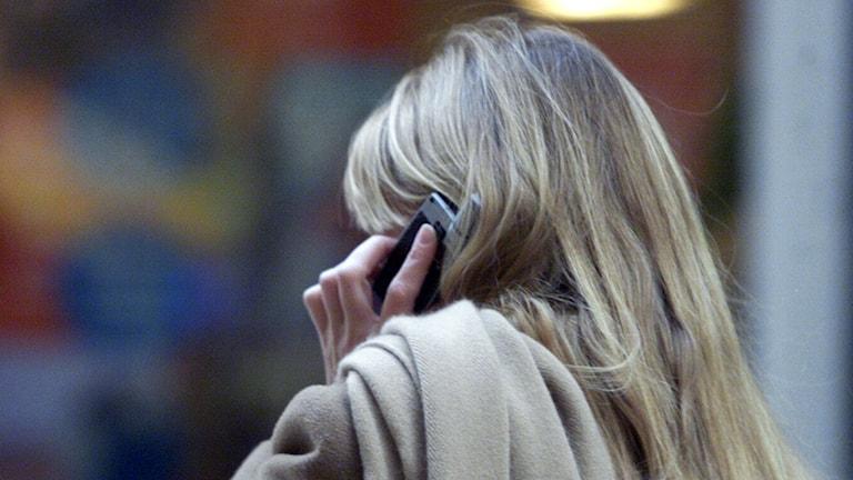 Kvinna pratar i mobil