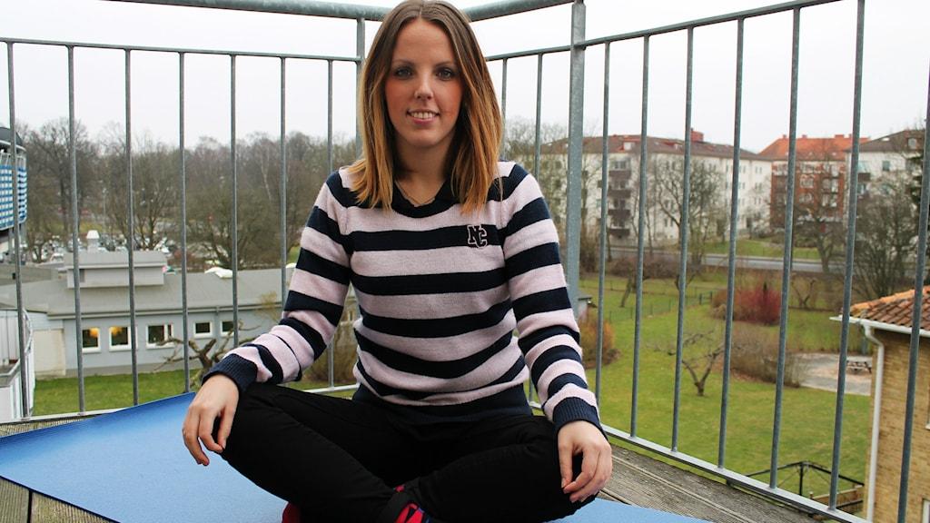 En av sakerna Josefin Trogen gör för att lindra sin IBS är att utöva yoga varje dag. Foto: Cecilia Ahle/Sveriges Radio
