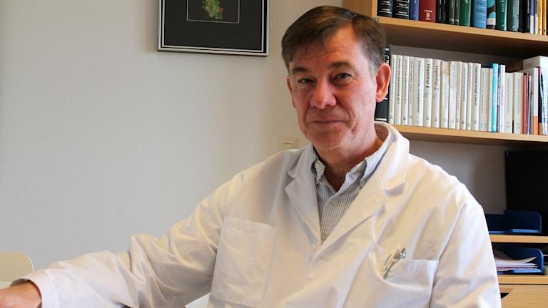 Stefan Nilsson, verksamhetschef och specialist på CSK, är medveten om att man får olika behandlingar och behandlingsmetoder beroende på vilken doktor man besöker med sina besvär. Foto: Cecilia Ahle/Sveriges Radio