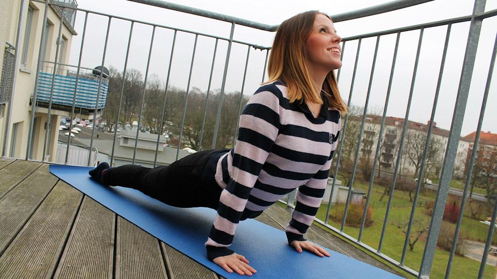 I flera månader har Josefin Trogen utövat yoga för att se om det lindrar hennes IBS. Foto: Cecilia Ahle/Sveriges Radio