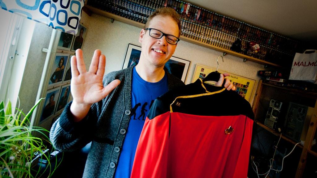 Niclas Jönsson med en av sina Star Trek-plagg. Foto: Johan Pettersson/Sveriges Radio