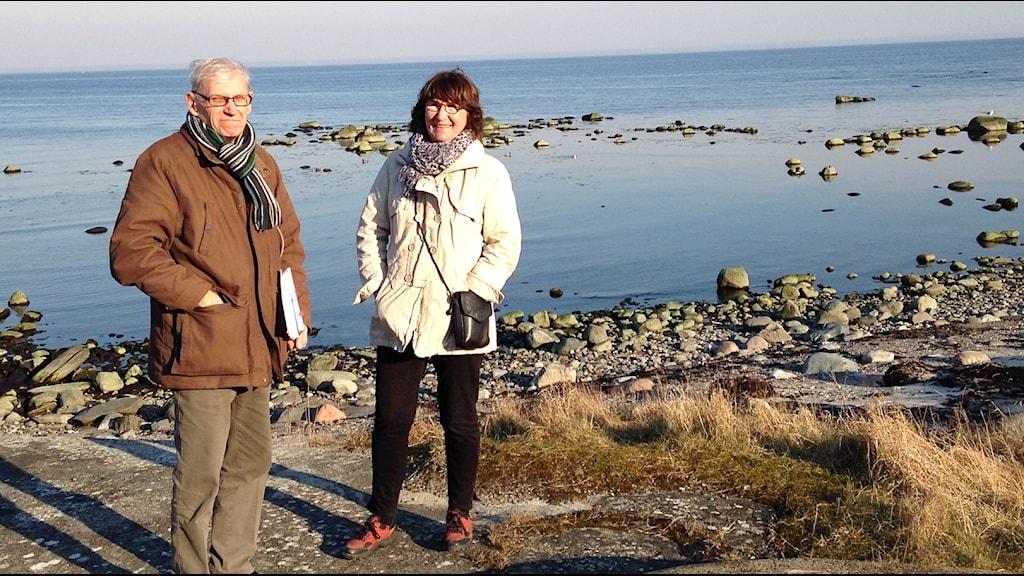 Bo Olsson och Pia Sigevall på stranden i Skillinge.