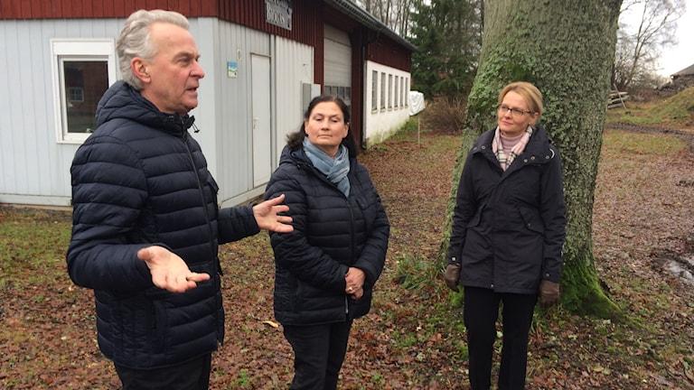Glenn Oredsson och Charlotte Norrman-Oredsson visar Skea Gård för Heléne Fritzon.