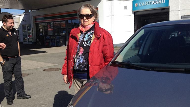 Gun Bourdette och hennes nytvättade bil. Foto: Jenny Sandgren/Sveriges Radio