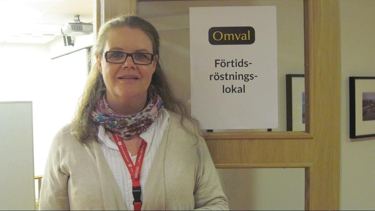Kanslichef Catharina Elofsson utanför vallokalen i Båstads kommunhus.