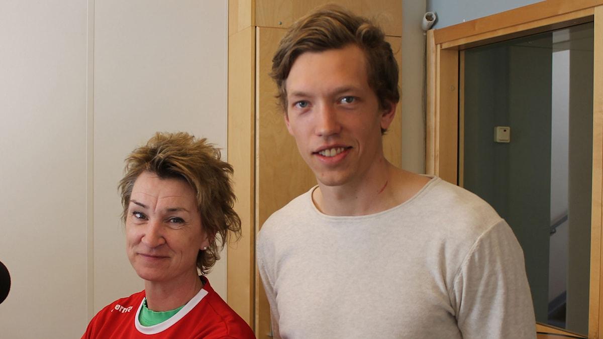Gunilla Lindqvist från klubbens styrelse och spelaren Anton Jönsson