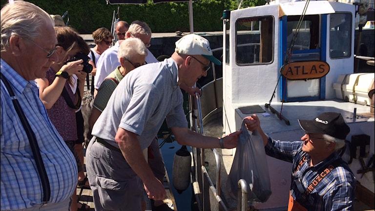 Fiskaren Roland Svensson säljer fisk i Simrishamns hamn. Foto: Sveriges Radio/Malin Rimfors