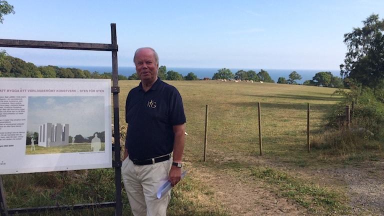 Leif Malmströmer framför platsen där Sol de Witts konstverk ska uppföras. Foto: Malin Rimfors/Sveriges Radio