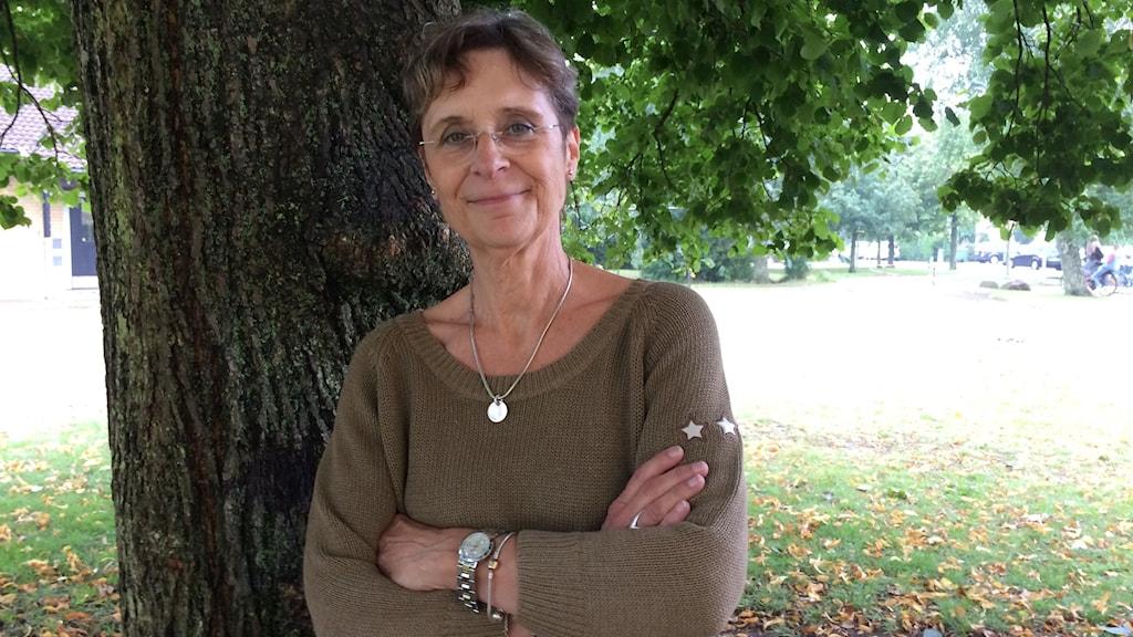 Kvinna vid ett träd.