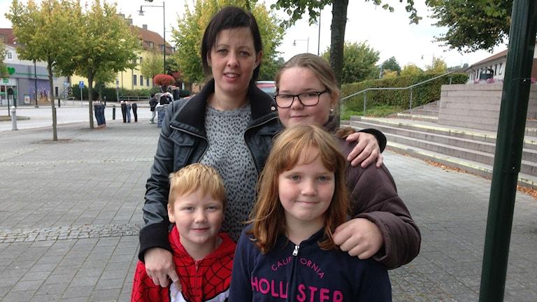 Eleverna Tilda Frantz, Wiggo Jönsson, Alice Olsson tillsammans med rektor Maria Gustavsson från Beringskolan. Foto: Jenny Johnsson Roos/ SR