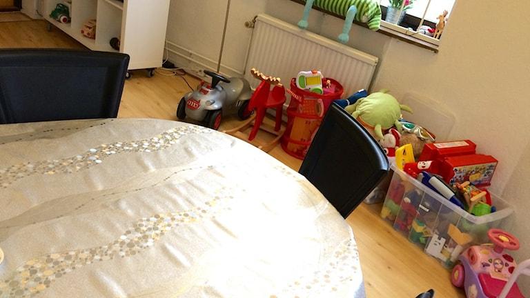 Ett rum med leksaker och ett bort med stolar.