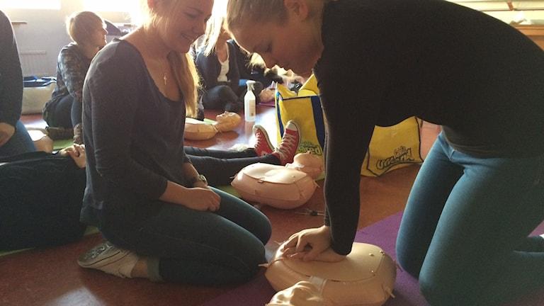 Elever på Österlengymnasiet övar på hjärtmassage. Foto: Malin Rimfors/Sveriges Radio