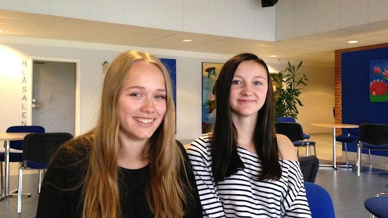 Jolanda Saxfors och Isabelle Svensson. Göingeskolan. Foto: Victor Eriksson/Sveriges Radio.