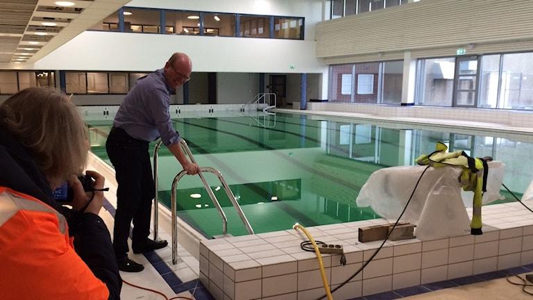 Kommunalrådet Leif Sandberg (C) är redo för ett dopp i nya badhuset.