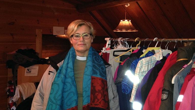 Mia Sneckar på vinden i den gamla prästgården där insamlade kläder förvaras. Foto: Victor Eriksson/Sveriges Radio.