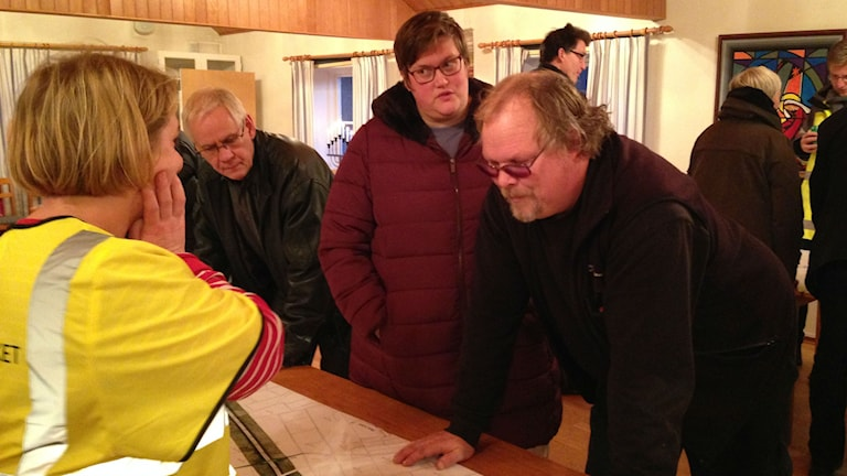 Anna-Lena och Roger Persson diskuterar nya motorvägen med trafikverket. Foto: Victor Eriksson/Sveriges Radio.