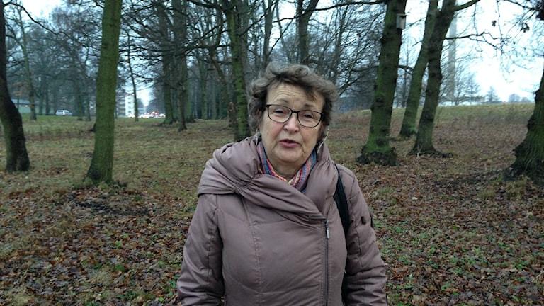 Elisabeth Ekstam  vid skogsdungen där en skylt kan komma att sättas upp. Foto: Victor Eriksson/Sveriges radio.