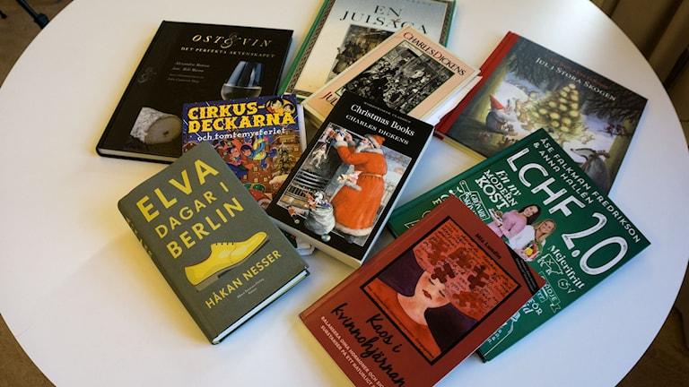 Ett bord fullt av böcker inför julledigheten