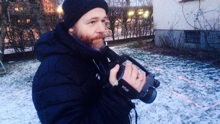 Per-Ola Olsson inspekterar med sin värmekamera. Foto: Johan Pettersson/Sveriges Radio