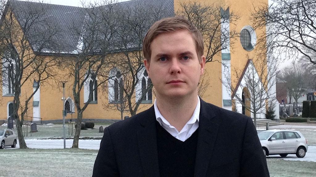 Gustav Fridolin, utan för kyrkan i Broby