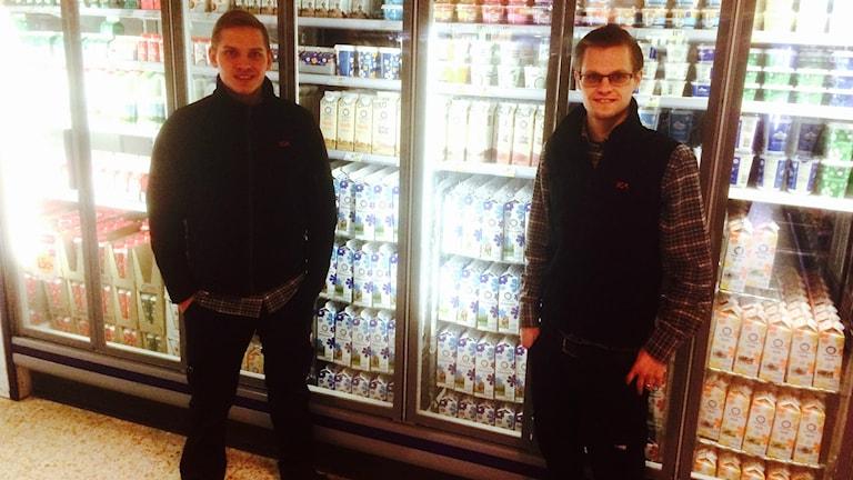 Martin och Daniel Henrysson är bröder och mejerichef respektive butikschef för affären i Åstorp som plötsligt fick 1200 mjölkpaket istället för 120. Foto: Johan Pettersson/Sverige Radio