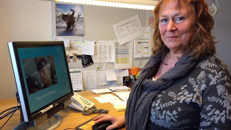 Elisabeth Roos visar bildspelet som hon brukar ta med till kommunens 7-åringar. Foto: Malin Rimfors/Sveriges Radio