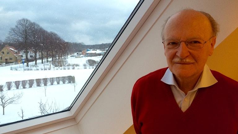 Där ute i Thorvald Christensens trädgård skulle skorstenen stå. Foto:Malin Rimfors/Sveriges Radio