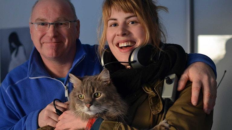 Katten Glitter med husse Sammy Karlsson och reporter Karin Bengtsson.